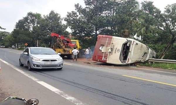 Lật xe khách Thành Bưởi do cây đổ, 31 hành khách hoảng loạn.