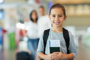 Trẻ em dưới 10 tuổi có nên làm hộ chiếu chung với bố hoặc mẹ