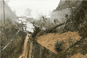 Đỉnh đèo Khánh Vĩnh tiếp tục sạt lở, xe ùn ứ hơn 1km