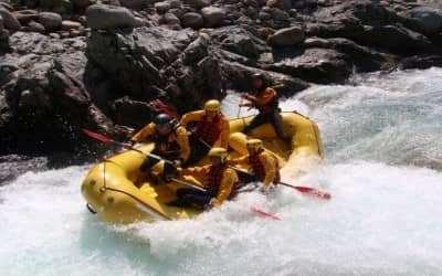 Chèo Thuyền Vượt Ghềnh Thác Trên Sông