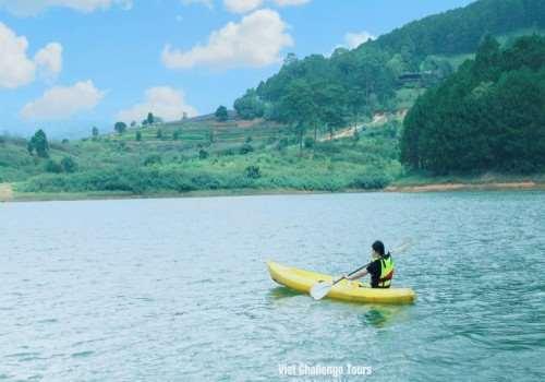 Trải nghiệm tour chèo thuyền kayak trên hồ Tuyền Lâm